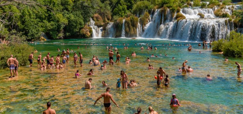 V chorvatském národním parku Krka platí nově zákaz koupání. Většina českých turistů to neví