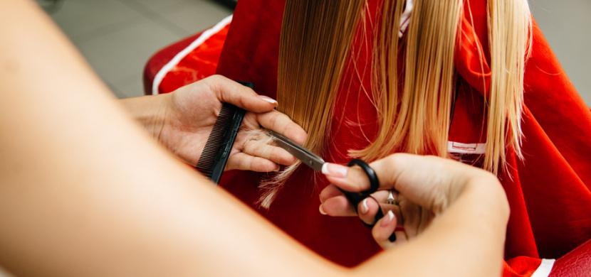 Holčička si od narození nestříhala vlasy. Zhlédněte na videu, jak dopadla po první návštěvě kadeřníka