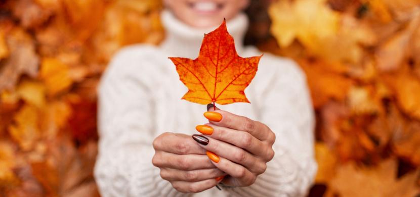 Nehtové trendy podzimu 2021: Barevná francouzská manikúra, teplé odstíny a motivy listů