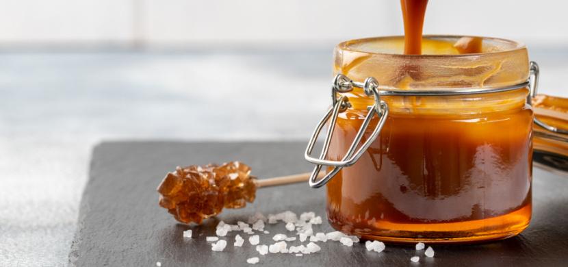 Slaný karamel z 6 ingrediencí, který zůstane stále tekutý: Tento jednoduchý recept chutná v dezertech nebo jen tak